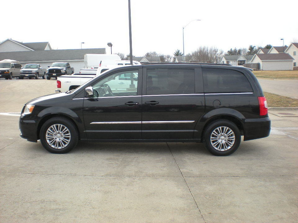 2015 Chrysler Town & Country  - Nelson Automotive