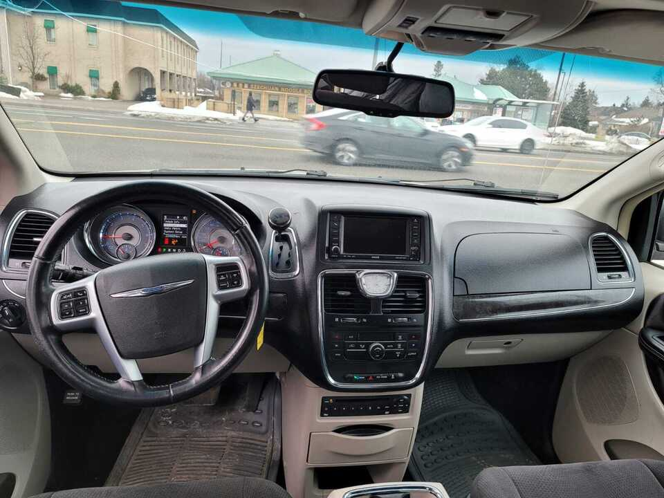 2011 Chrysler Town & Country Touring image 3 of 11
